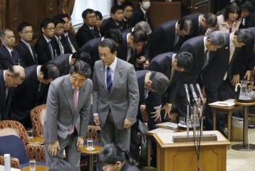 参院予算委で2019年度予算案が可決し、一礼する安倍首相(手前左)ら=27日午後
