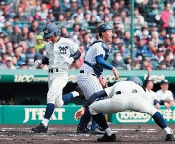 【松山聖陵―大分】1回裏大分1死一、二塁、中尾の右中間への2点二塁適時打で生還する二走の田中=甲子園球場