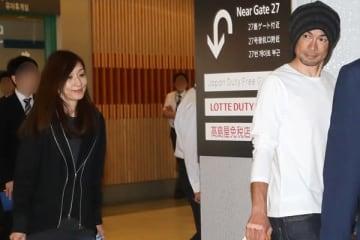 22日、珍しくツーショットで成田空港に現れた。