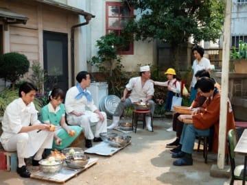 写真は第1話より。中央に中華料理屋「福翠楼(ふくすいろう)」の福田夫婦(光石研、生田智子) - (C)NHK