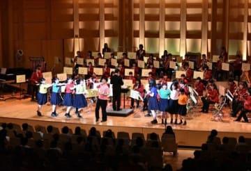 歌や踊りなどの演出で会場を盛り上げたスプリングコンサート