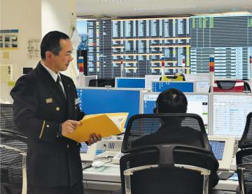 職員に119番指令の業務をアドバイスする金子さん(左)