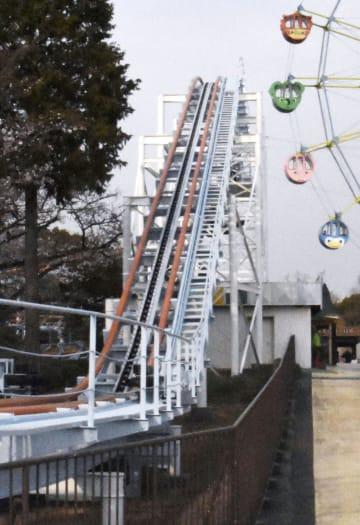 緊急停止の後、運行休止となった遊園地のジェットコースター=27日午後4時35分、名古屋市の東山動植物園