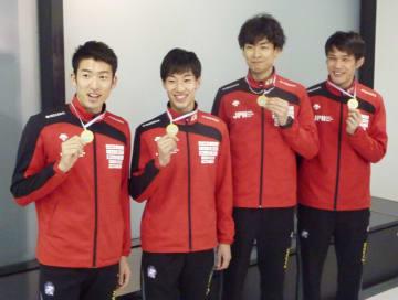 フェンシングW杯で優勝し、帰国した男子エペのメンバー=27日、成田空港