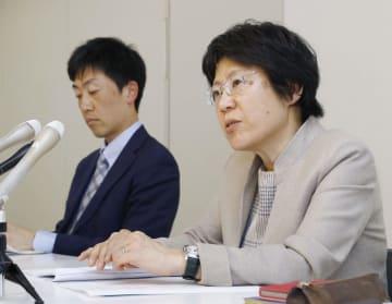 福岡県立高の男子生徒が自殺した問題をめぐり、記者会見する遺族の代理人弁護士=27日午後、福岡県庁