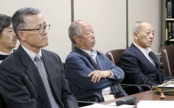 判決後に記者会見する原告の岡本易さん(右)ら=27日午後、東京・霞が関の司法記者クラブ