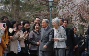 市民らの声に笑顔で応えられる天皇、皇后両陛下(27日午前10時50分、京都市上京区・京都御苑)