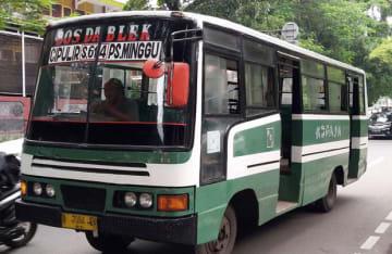 ジャカルタ特別州は老朽化した公共バスの刷新を進めている。写真は協同組合「コパジャ」が運営するバス=ジャカルタ(NNA撮影)