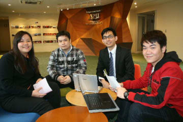 日本の大学を代表して企業分析コンクールのアジア太平洋地区大会に出場するファム・ホアン・フーさん(右端)らのチーム=別府市の立命館アジア太平洋大学