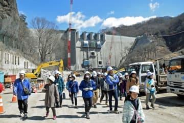 八ツ場ダムは新年度に完成を予定している。24日には湛水(たんすい)前のダム周辺を歩くツアーが開かれた(3月25日付より)