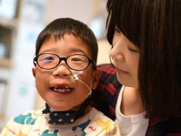 春からの小学校を控え、学童クラブ登録を希望している原田萌立ちゃんと母の美鈴さん(京都市南区)