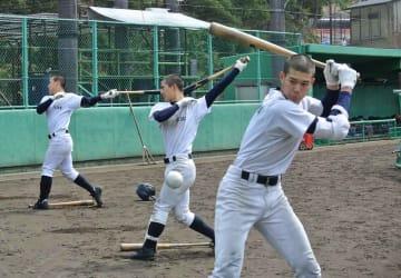 盛岡大付の投手を想定し、バットを振り込む選手たち(龍谷大平安ボールパーク)