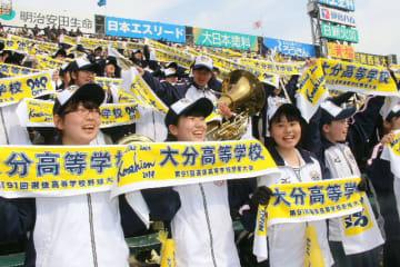 タオルを掲げ、グラウンドの選手と一緒に校歌を斉唱する生徒ら。念願の甲子園初勝利に笑顔が絶えなかった=27日午後、甲子園球場