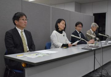 会見を行った「いばらき原発県民投票の会」の共同代表ら=県庁