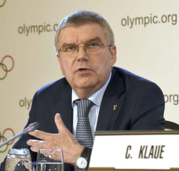 IOC理事会後に記者会見するバッハ会長=27日、スイス・ローザンヌ(共同)