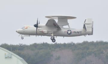 三沢基地に着陸する早期警戒機E2D=27日午後2時ごろ