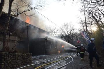 民宿を焼いた火災現場=27日午後4時45分、那須町湯本