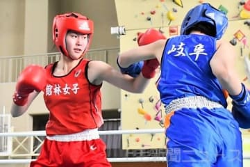女子ライト級準決勝 宿敵相手にカウンターを狙う館林女の星野(左)=ALSOKぐんまサブアリーナ