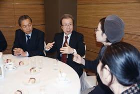 留学生らと交流を深める程大使(左から2人目)と鳩山元首相(左)