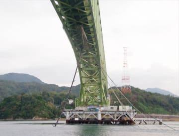 貨物船が衝突した大島大橋。ちぎれた水道管が橋の左下に垂れ下がっている=2018年10月(柳井海上保安署提供)