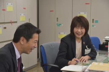 埼玉りそな銀行行田支店長の新井弘美さん(右)=2019年1月25日