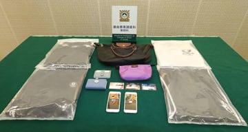 マカオ司法警察局が記者発表会で公開した強盗事件の証拠品(写真:マカオ司法警察局)
