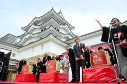 尼崎城の再建を祝い、桂米團治さん(右端)の掛け声で行われた鏡開き=28日午前、尼崎市北城内(撮影・中西幸大)