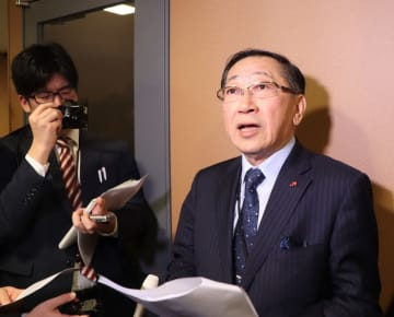 与党検討委終了後、記者団の質問に答える青柳JR九州社長=衆院第2議員会館