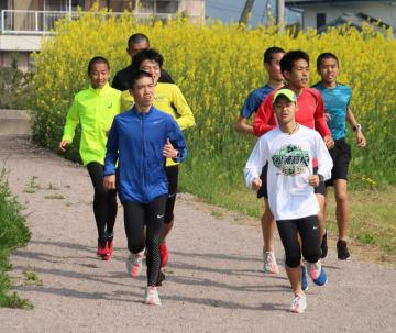 いさはや水辺のクロスカントリーコースを走る高校生ら=諫早市