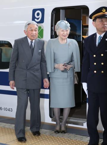 京都滞在を終え、JR東京駅に到着された天皇、皇后両陛下=28日午後(代表撮影)