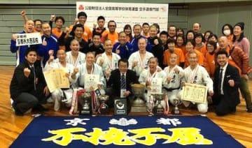空手の男子組手団体で、16年ぶり3度目の優勝を果たし、喜ぶ京都外大西の選手ら(和歌山ビッグホエール)