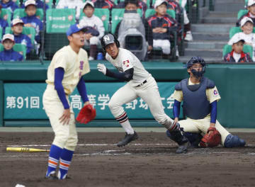 星稜―習志野 9回表習志野1死、兼子が左越えに本塁打を放つ。投手奥川、捕手山瀬=甲子園