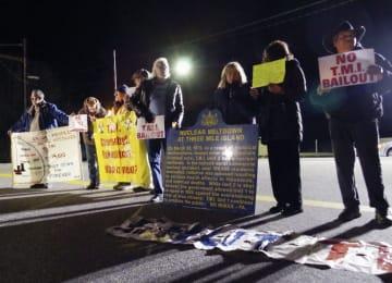 スリーマイルアイランド原発前で抗議する住民ら=28日、米ペンシルベニア州(共同)