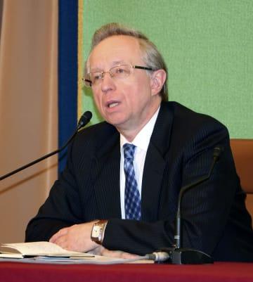 記者会見するガルージン駐日ロシア大使=28日午後、東京・内幸町の日本記者クラブ