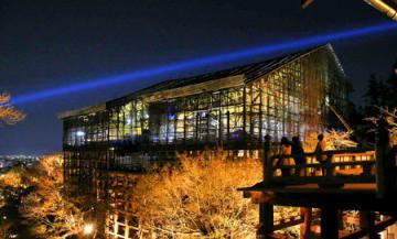 照明を受けて浮かび上がる修復中の本堂や清水の舞台(28日午後7時25分、京都市東山区・清水寺)