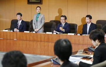 厚労省と文科省が合同で開いた、児童虐待死の再発防止に関する会議であいさつする浮島智子文科副大臣(左から2人目)=28日午後、厚労省