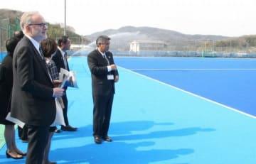 熊山運動公園多目的広場を視察するペイトン駐日大使(手前左)