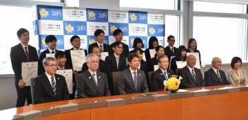 大井川和彦知事(前列左から3人目)を表敬訪問した冬季国体の優勝者ら=県庁