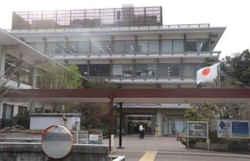 鎌倉市御成町の市役所本庁舎。市は深沢地域整備事業用地へ移転を計画している