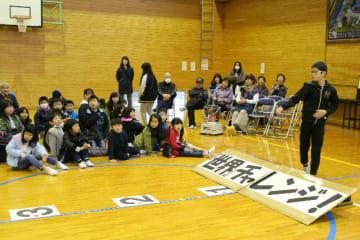 地域住民も参加し、輪ゴム飛ばしに挑戦する児童=中津市耶馬渓町の城井小学校
