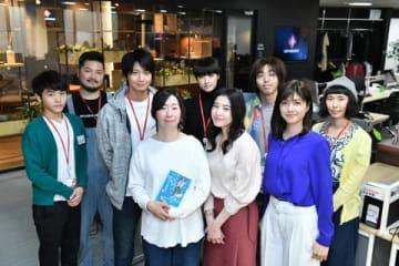 連続ドラマ「わたし、定時で帰ります。」の撮影現場を激励訪問した原作者の朱野帰子さん(前列左)(C)TBS