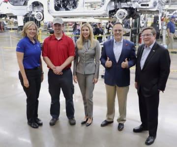 トヨタ自動車の米ケンタッキー工場を訪問した、トランプ米大統領の長女イバンカ大統領補佐官(中央)=28日(同社提供・共同)