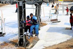 気温が下がり、計2週間営業を延長した峰山高原リゾートホワイトピーク=3月中旬、神河町上小田