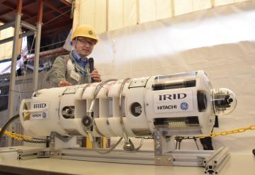 原子炉格納容器内を調査する新型ロボットの装置を説明する日立GEニュークリア・エナジーの野中善夫主任技師=日立市大みか町
