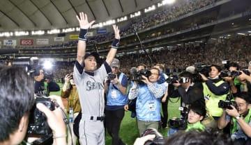 3月21日の試合終了後、歓声に応えるマリナーズのイチロー選手=東京ドーム