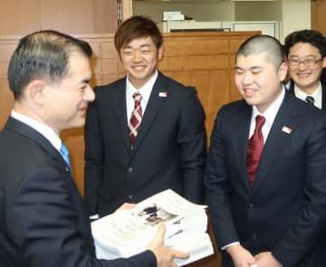 柴山昌彦文科相(左)へ署名を手渡した(右から)浅利寛喜さん、金野遼大さん