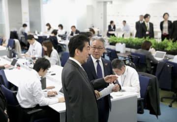 働き方改革の取り組みを視察するため「味の素」本社を訪れた安倍首相=29日午前、東京都中央区(代表撮影)