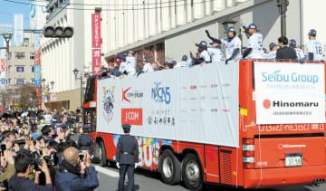 10年ぶりに優勝パレードを行う埼玉西武の選手たちに大勢のファンが声援を送る=2018年11月23日午前、所沢駅西口交差点