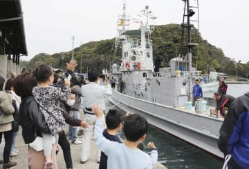 最後の調査捕鯨へ向け太地漁港を出港する第7勝丸=29日午前、和歌山県太地町