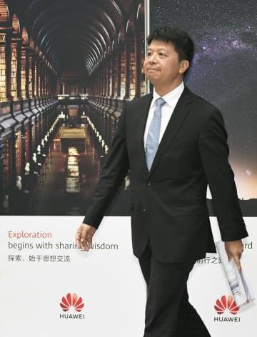 記者会見に臨む華為技術の郭平副会長兼輪番会長=29日、中国広東省深セン市(共同)